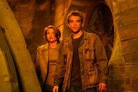 Nicht nur John Connor (Nick Stahl, r.), sondern auch Tierärztin Kate Brewster (Claire Danes, l.) wird zur Zielscheibe von T-X ...