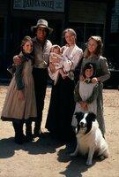 (v.l.n.r.) Laura Ingalls (Melissa Gilbert); Charles Ingalls (Michael Landon); Baby Grace Ingalls (Brenda Turnbaugh); Caroline Ingalls (Karen Grassle); Mary Ingalls (Melissa Sue Anderson); Carrie Ingalls (Lindsay Sidney Greenbush)