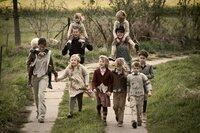 Im Hort erobert Ludo (Til Schweiger, hinten l.) schon bald die Herzen der Kinder, womit Anna (Nora Tschirner, vorne l.) zunächst gar nicht klar kommt ...