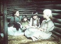 (v.l.n.r.) Laura (Melissa Gilbert), Carrie (Lindsay Sidney Greenbush), Andy (Patrick Laborteaux) und Mary (Melissa Sue Anderson) haben sich und ihren Hund Bandit vor einer wilden Hundemeute in Sicherheit gebracht.
