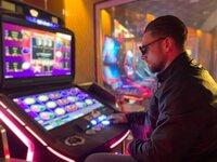 Laut Bundeszentrale für gesundheitliche Aufklärung gab es im Jahr 2019 in Deutschland über 400 000 GlücksspielerInnen, deren Spielverhalten in einem eindeutig kritischen Bereich lag.