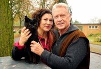 Eine kleine schwarze Katze bringt die zerstrittenen Nachbarn Rosa Schätzlein (Eva Mattes) und Frido Schulz (Robert Atzorn) wieder zusammen.