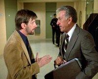 Quincy (Jack Klugman, r.) setzt sich für Streifenpolizist Taggart (Jack Kehoe) ein.