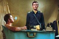 Captain Paul Slater (Jim Hutton, re.) hört gespannt zu, was der erfahrene Colonel Thaddeus Gearhart (Burt Lancaster, li.) zu sagen hat.