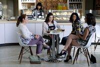 (v.l.n.r.) Paula (Donna Lynne Champlin); Rebecca (Rachel Bloom); Heather (Vella Lovell); Valencia (Gabrielle Ruiz)