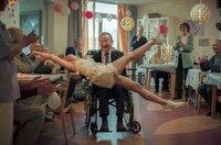 Ginger (Katinka Lærke Petersen) und Holger (Henning Jensen) feiern im Altersheim ausgelassen ihre Hochzeit.