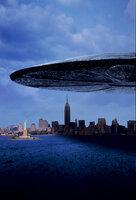 Attacke! Am Himmel über der Erde erscheinen gigantische Scheiben - außerirdische Raumschiffe. Weshalb sie hier sind und worauf sie warten weiß keiner. Doch während die Menschen noch die Ankunft der Fremden feiern, greifen diese gezielt an ...