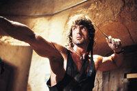 Mutig schlägt sich Rambo (Sylvester Stallone) in der Schlacht gegen russische Kidnapper ...