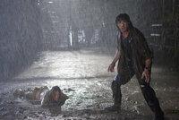 Schlechtes Wetter ist für John Rambo (Sylvester Stallone, r.) kein Hindernis, Sarah (Julie Benz, l.) zu retten ...