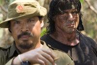 Tut nur, was er für richtig hält: Rambo (Sylvester Stallone, r.) lässt sich nicht von den burmesischen Soldaten einschüchtern ...