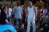 Brian O'Conner (Paul Walker, l.) und Dominic Toretto (Vin Diesel, r.) stecken in Schwierigkeiten. Roman Pearce (Tyrese Gibson, M.) setzt alles daran, seine Freunde zu beschützen ...