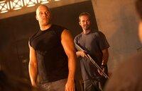 Der ehemalige FBI Beamte Brian O'Conner (Paul Walker, r.) und der professionelle Verbrecher Dominic Toretto (Vin Diesel, l.) wollen sich hundert Millionen Dollar unter den Nagel reißen ...