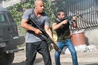 Der ehemalige FBI Beamte Brian O'Conner (Paul Walker, r.) und der professionelle Verbrecher Dominic Toretto (Vin Diesel, l.) kämpfen sich durch Rio De Janeiro ...
