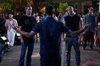Diogo (Luis Da Silva Jr., M.) fordert Toretto (Vin Diesel, r.) und O'Conner (Paul Walker, l.) zu einem Duell heraus ...