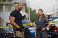 In Rio De Janeiro begeben sich Elena Neves (Elsa Pataky, r.) und Hobbs (Dwayne Johnson, r.) auf Verbrecherjagd ...