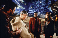 Der geniale Ingenieur Zefram Cochrane (James Cromwell, 2.v.l.) hat den Warp-Antrieb erfunden, der es Riker (Jonathan Frakes, l.), Geordi (LeVar Burton, 2.v.r.), Troi (Marina Sirtis, r.) und der restlichen Crew der Enterprise erlaubt, sich in den unendlichen Weiten des Weltraums zu bewegen. Doch jetzt reisen die Borg in die Vergangenheit und wollen die Erfindung verhindern ...