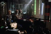 Data (Brent Spiner, vorne) gerät in die Fänge der Borg, eine aggressive biomechanische Alien-Rasse ...
