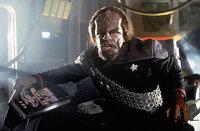 Worf (Michael Dorn) kämpft verbissen um sein Leben, während Cochrane un Riker in einem Wettlauf mit der Zeit den ersten Warp-Flug vorbereiten. Denn dieser Flug entscheidet über das Schicksal der Menschheit ...