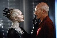 Die Borg-Königin (Alice Krige, l.) begrüßt Picard (Patrick Stewart, r.), nachdem die Borg die Enterprise geentert haben ...