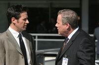 Um Licht ins Dunkle zu bekommen, befragt Don (Rob Morrow, l.) Peter Houseman (John Heard, r.) ...