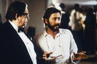Georg Marischka (links) erhält in seiner Rolle als Opernkritiker für eine Einstellung Anweisungen von Regisseur Helmut Dietl.