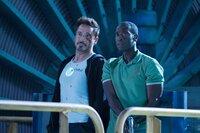 Ohne ihre Anzüge sind Tony Stark (Robert Downey Jr., l.) und James Rhodes (Don Cheadle) zwar ungeschützt - aber alles andere als wehrlos.