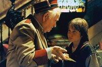 Der Vorführer (Robert Prosky, l.) von Dannys Stammkino schenkt dem Jungen eine magische Kinokarte, mit der Danny (Austin O'Brian) in die Welt des Films eintreten kann.