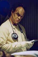 Star Trek Enterprise Season1 EP Broken Bow, Star Trek Enterprise Staffel1 EP Aufbruch ins Unbekannte Dr. Phlox (John Billingsley) examines a wounded Klingon