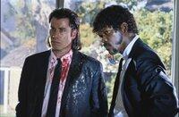 Vincent Vega (John Travolta, l.) und Jules Winnfield (Samuel L. Jackson, r.) sind es gewohnt, Blut an ihren Händen kleben zu haben. Doch in dieser Situation brauchen sie dringend Hilfe.