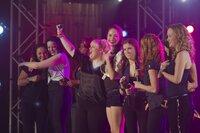"""Als das große Halbfinale eines nationalen A-cappella-Wettbewerbes bevorsteht, wird die Harmonie bei den """"Barden Bellas"""" Denise (Wanetah Walmsley, l.), Ashley (Shelly Regner, 2.v.l.), Cynthia Rose (Ester Dean, 3.v.l.), Fat Amy (Rebel Wilson, 4.v.l.), Stacie (Alexis Knapp, M.), Beca (Anna Kendrick, 4.v.r.), Chloe (Brittany Snow, 3.v.r.), Lilly (Hana Mae Lee, 2.v.r.) und Jessica (Kelley Alice Jakle, r.) auf eine harte Probe gestellt ..."""