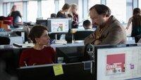 """Frisch von Gibraltar zurück will Rosanna (Jasmin Gerat) wieder für """"Cover""""-Chefredakteur Nick Simon (Rainer Bock) arbeiten."""