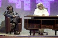 Reinhold Messner alias Christian Tramitz (l.) unterhält sich mit dem berühmten Yeti alias Rick Kavanian (r.).