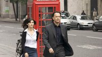Robert Langdon (Tom Hanks) und Sophie Neveu (Audrey Tautou) begeben sich aus Paris nach London auf Spurensuche, um den Mord eines Louvre-Kurators aufzuklären.