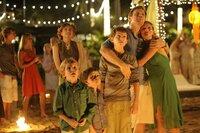 Familie Bennett (Samuel Joslin, Oaklee Pendergast, Tom Holland, Ewan McGregor, Naomi Watts) genießt den Heiligabend am Strand von Khao Lak.