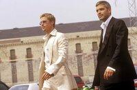 L-R: Rusty Ryan (Brad Pitt), Gauner Danny Ocean (George Clooney)