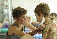 Lucas (Tom Holland, l.) hilft in dem völlig überfüllten Krankenhaus, dass sich auseinandergerissene Familienmitglieder wiederfinden.