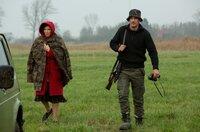 Sveni Kruse (Sönke Möhring) rettet Hanne (Iris Berben) aus dem Unwetter.
