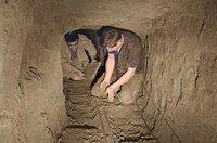 Joachim Rudolph (Der Kleine) und Luigi Spina (Mimo) beim Graben im Tunnel...