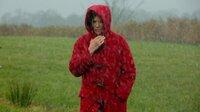 Hanne (Iris Berben) marschiert durch ein Unwetter.