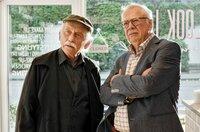 Edwin (Tilo Prückner, l.) und Günter Hoffmann (Peter Lerchbaumer, r.) ermitteln im privaten Umfeld des Ermordeten.