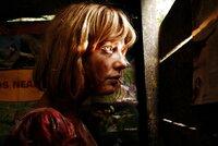 Jenny (Kelly Reilly) versteckt sich vor den Jugendlichen und hat Angst um ihr Leben.