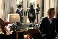 Xander Harrington wird während der Feier zu seiner Ernennung als Nachfolger seines Vaters erstochen: Patrick (Simon Baker, r.), Kimball (Tim Kang, l.) und Teresa (Robin Tunney, M.) beginnen mit den Ermittlungen ...