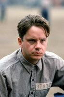 Wegen Doppelmordes an seiner Ehefrau und deren Liebhaber wird der Bankdirektor Andy Dufresne (Tim Robbins) zu 'zweimal lebenslänglich' verurteilt ...
