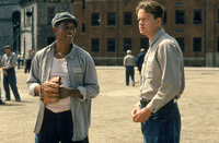 1947 wandert der unschuldige Andy Dufresne (Tim Robbins, r.) lebenslang hinter Gitter. Im Gefängnis freundet er sich mit Red (Morgan Freeman, l.) an ...