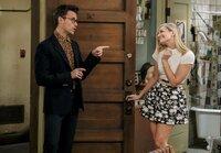 Caroline (Beth Behrs, r.) ist hin und weg, als der Stylist Brad Goreski (Brad Goreski, l.) bei ihr vor der Tür steht und sie für die Premiere des Filmes über ihr Leben richtig einkleiden will ...