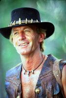 Der Buschmann Mick Dundee (Paul Hogan) lockt eine Bande von Drogendealern in den australischen Busch, wo er seinen Heimvorteil gekonnt ausnutzt.