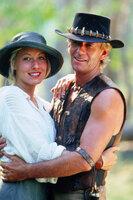 Obwohl er sich keineswegs wohl fühlt, bleibt Mick Dundee (Paul Hogan, r.) aus Liebe zu der schönen Journalistin Sue (Linda Kozlowski, l.) in New York ...