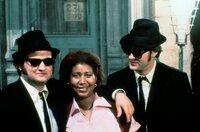 """Die Chefin des Soul Food Café (Aretha Franklin, Mi.) rät ihrem Mann und den Blues Brothers (John Belushi, li., und Dan Aykroyd, re.): """"Think!""""."""