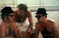 Jake Blues (John Belushi, li.) und sein Bruder Elwood (Dan Aykroyd, re.) holen sich von einem Musikagenten (Steve Lawrence, Mi.) Tipps für eine geeignete Auftrittshalle.