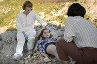 Branka (Neda Rahmanian) und Gerichtsmedizinerin Brigita Stević (Sarah Bauerett. li.) untersuchen die Leiche der 18-jährigen Eva Tomić (Caroline Hartig).